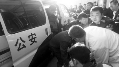 三车相撞有人受伤 沈阳警车变身急救车上演生死营救