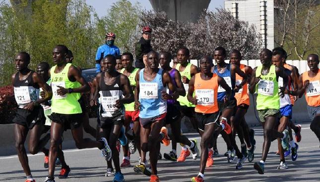 航拍:2017郑开国际马拉松赛鸣枪开赛