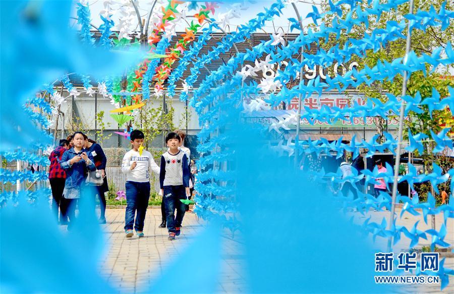 河北衡水:花伞风车扮靓春天
