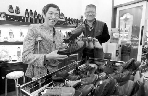 """沈阳""""单脚鞋银行""""免费给""""单脚人""""送鞋"""