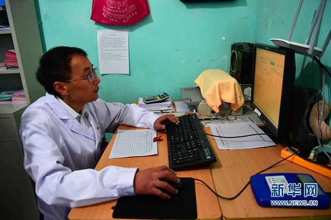 河南村医:以残疾之身 守护村民健康28载