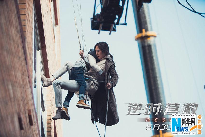 """《逆时营救》曝""""杨大胆""""特辑 杨幂垃圾场摸爬滚打"""