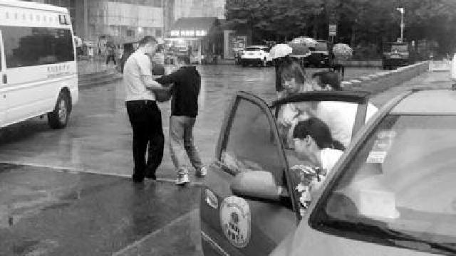 沈陽:晚高峰男童昏迷 警車開道鋪救命路