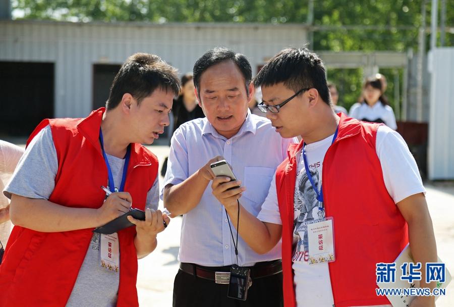 记者采访吴伟