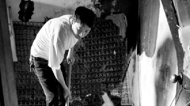 沈阳:老人使用电热毯不慎起火 灭火后众邻居帮清理现场