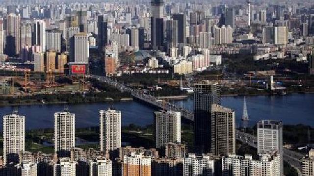 沈阳:居民楼前污水横流 水务集团义务维修