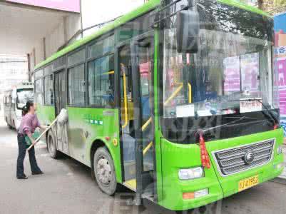 郑州女公交车长不惧窃贼威胁 多次提醒乘客防盗