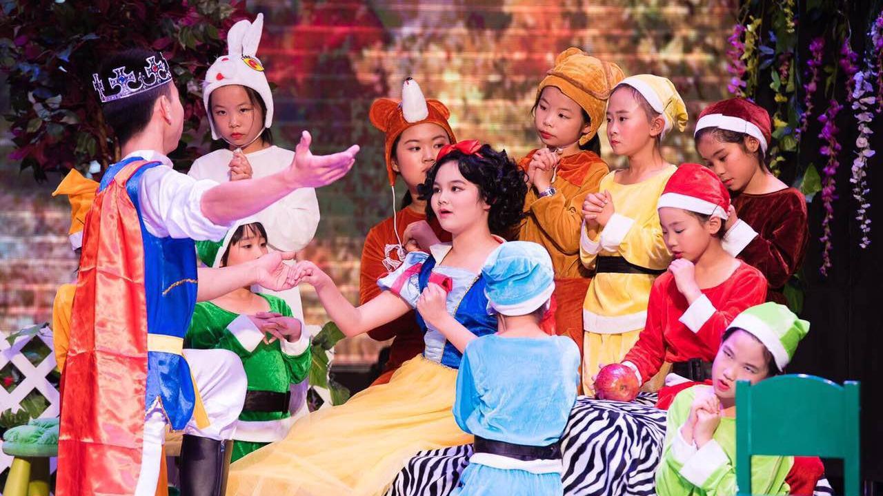 沈阳:300余名农民工孩子观看英文儿童剧