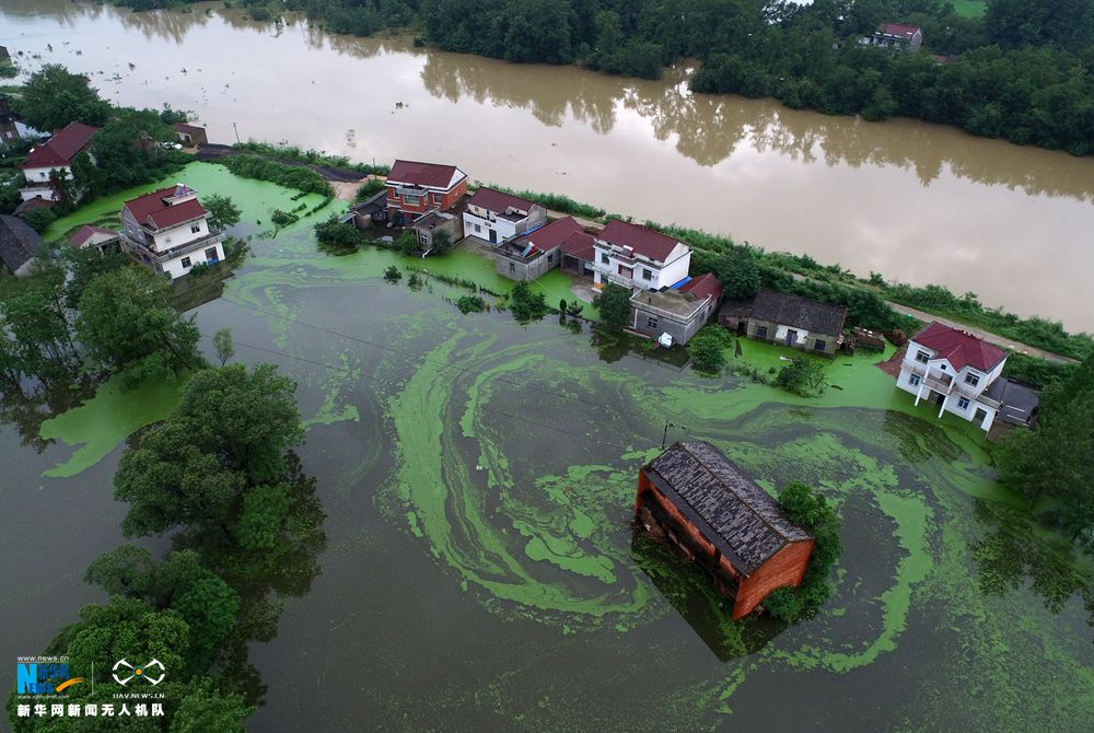 新华网航拍:安徽太湖县多处房屋被淹