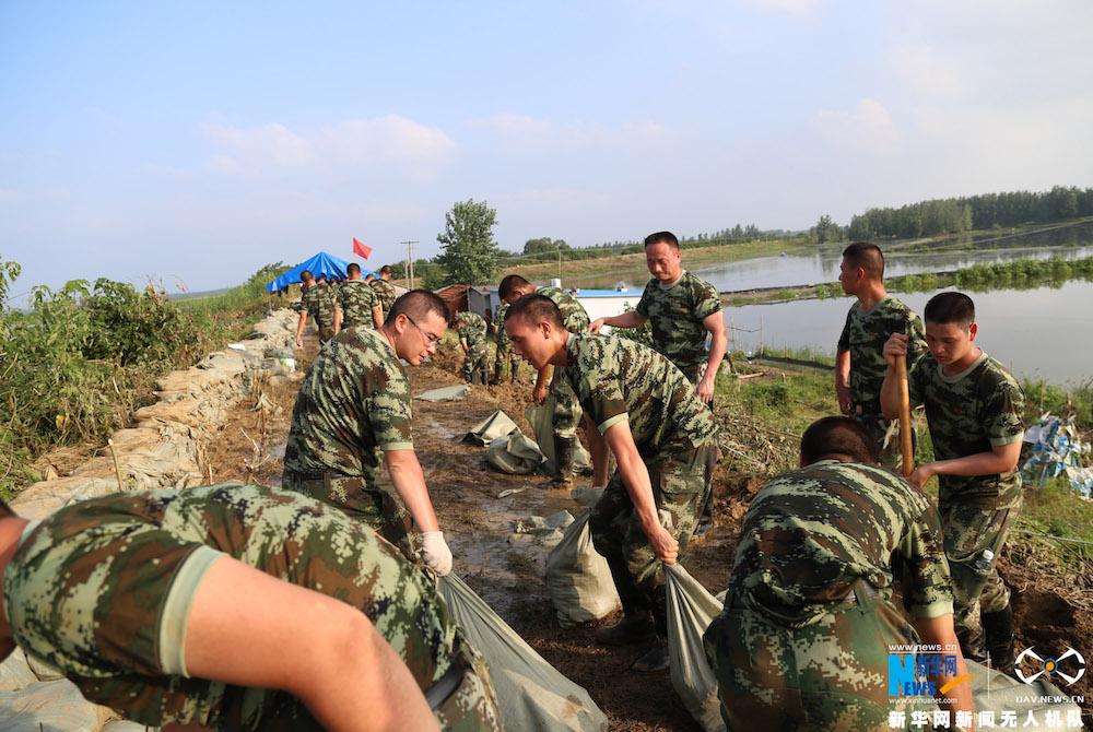 新华网航拍:湖北汉川老灌湖漫堤抢险现场