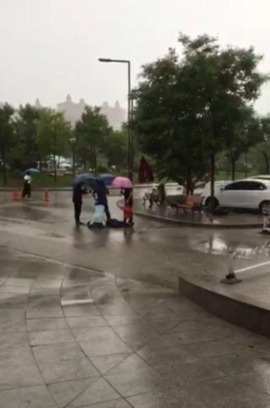 [微视频]护士雨中抢救患者 温暖太原城