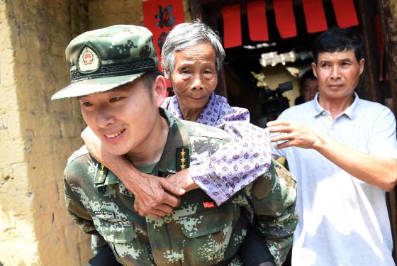 """广西梧州:抗震救灾中的""""八一""""节"""