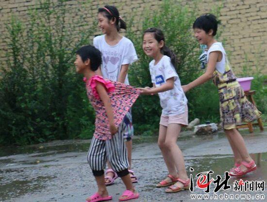 河北大学生志愿者 关爱农村留守儿童