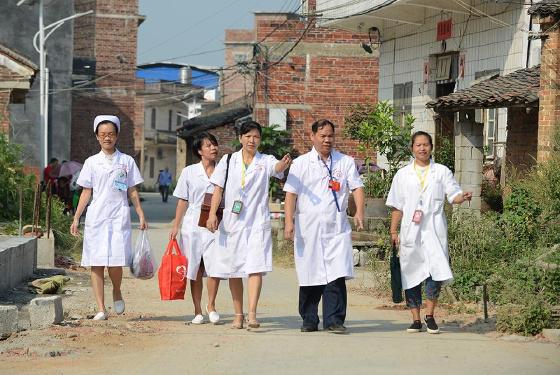 """广西合山:贫困户有了家庭医生 治病享受""""私人订制"""""""