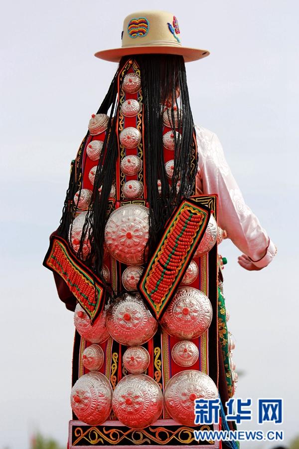 青海德令哈上演少数民族服饰T台秀