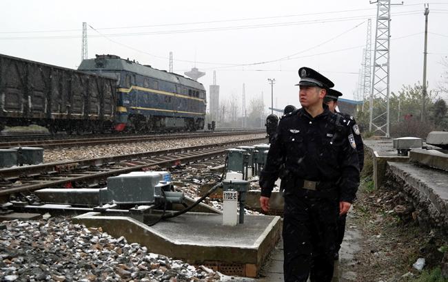 皖北地区迎入冬以来首场雪 铁警加强巡查保畅通