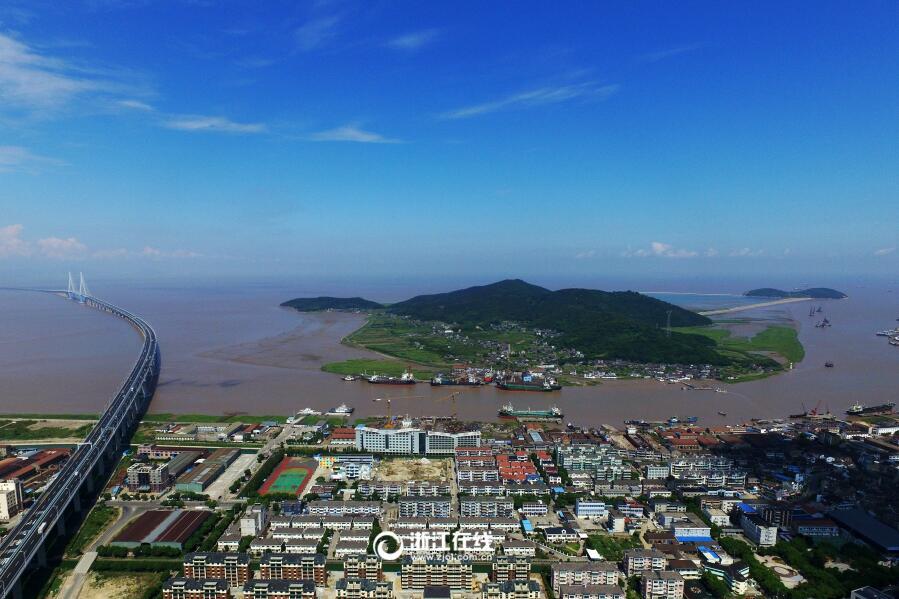 在航拍器的镜头下,浙江舟山群岛新区金塘大鹏岛,传统中透着清新.