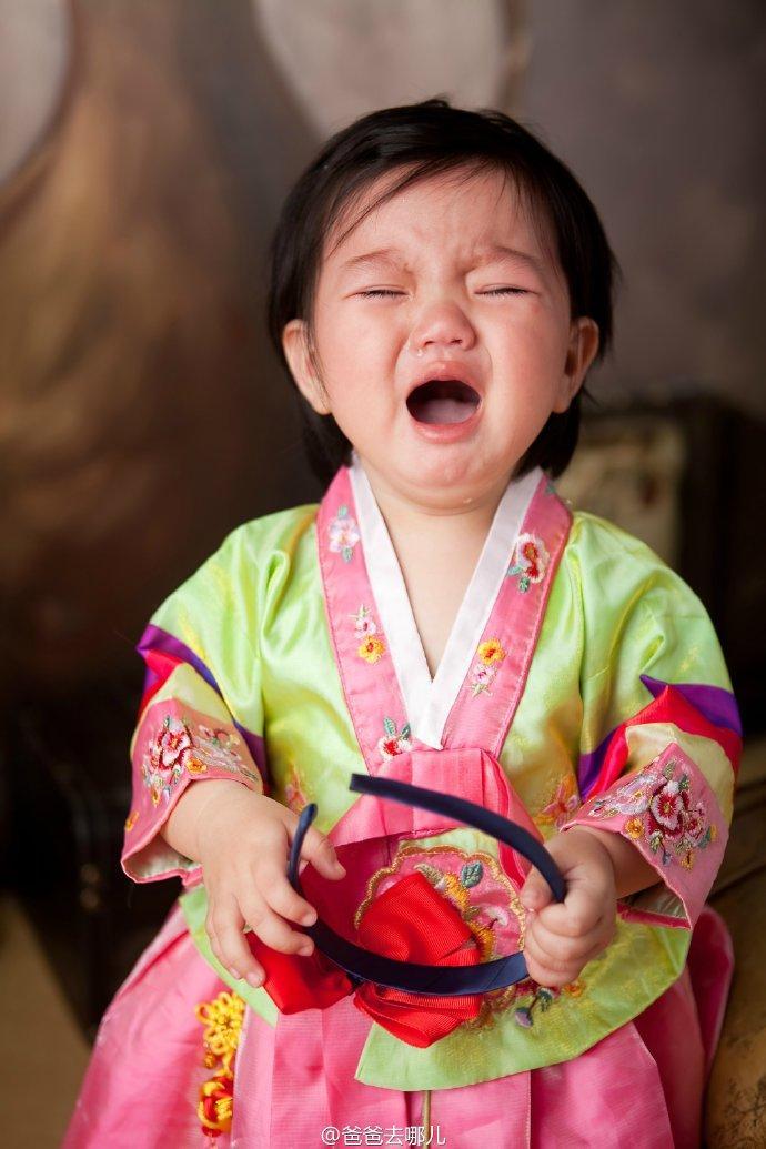 阿拉蕾 日前阿拉蕾因参与综艺节目受到广泛关注。12月16日,网络曝光一阿拉蕾旧照。照片中,阿拉蕾眼大似铜铃,全身肉嘟嘟十分可爱。另一张照片中,摄影师抓拍到嚎啕大哭的表情,萌态十足。 看到照片后,网友纷纷留言: 哈哈哈萌萌哒 从小萌到大!