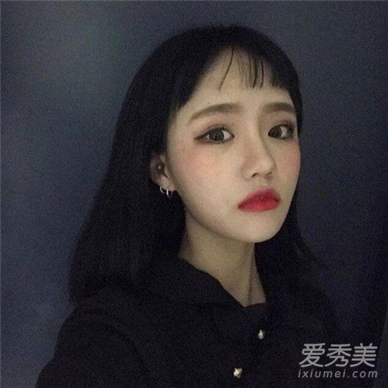 比二次元刘海要薄一点,这样的短空气刘海发型今年也是很受欢迎,空气图片