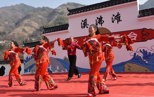 安徽岳西:庆元旦文艺演出嗨翻乡村大舞台