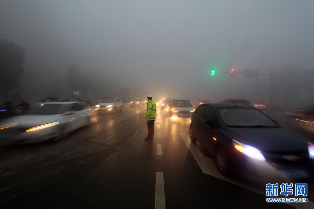 阜阳:雾霾天气 交警执勤忙