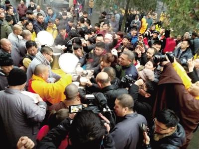 为了熬粥给游客喝 少林寺师傅 几乎一晚没睡
