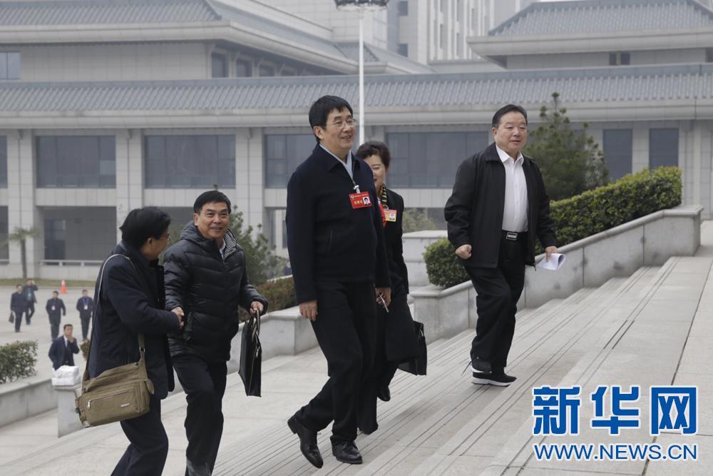 陕西省第十二届人大六次会议开幕 代表委员步入陕西大礼堂
