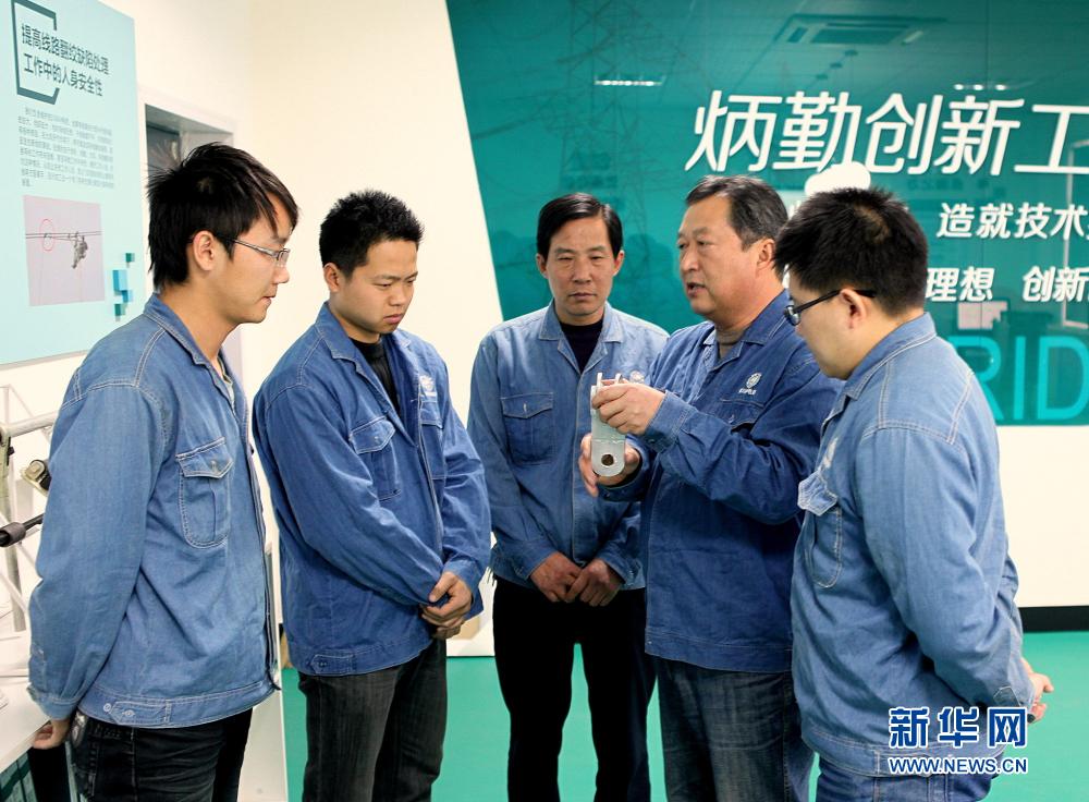 """【网络媒体走转改】坚守带电作业岗位36年的""""电力一哥"""""""