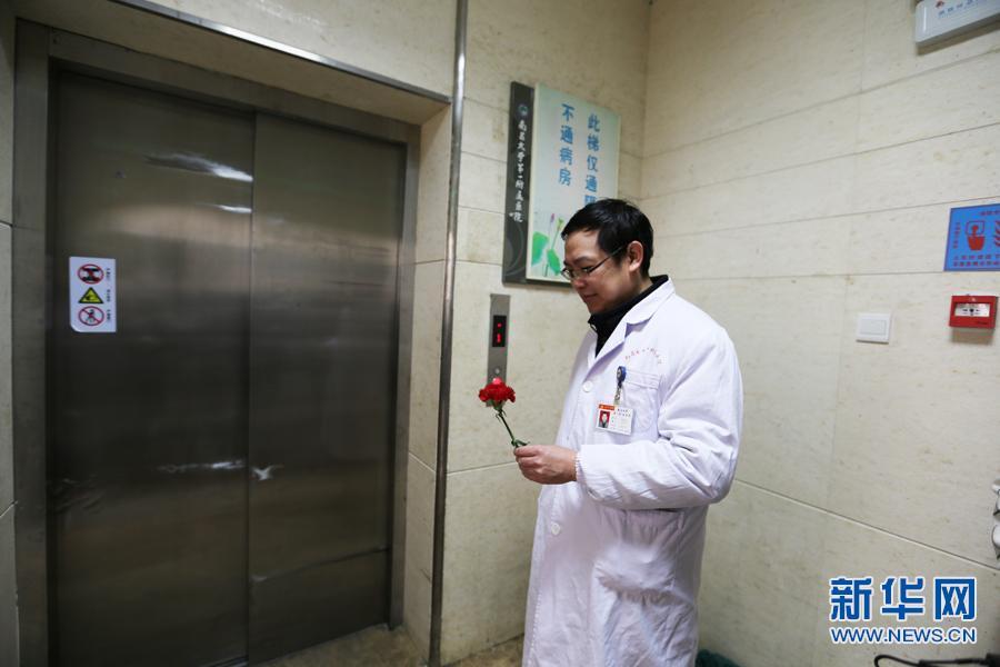 查完房后终于有点空闲的时间,陈海鸣从病房借了一朵鲜花,准备送给在重症医学科工作的妻子。(吴亚芬 摄)新华网南昌2月14日电(吴亚芬)在南昌大学第一附属医院有对夫妻档医生,丈夫陈海鸣是医院最为繁忙的急诊科副主任,妻子王联群是重症医学科主任医师。三更半夜来了重症急诊病人,陈海鸣就得立刻赶到医院救治,忙起来就在医院的小床上凑合一晚,有时候半个月都不着家。重症病房里的每个病人的生命体征都不平稳,随时有生命危险,常常一个电话,王联群就得放下家里的事,赶回科室。两个人自大学时代相知相爱以来,已经携手走过了23