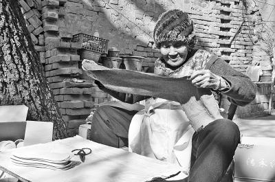 新乡县91岁老人16年做3万多双鞋垫送乡邻路人