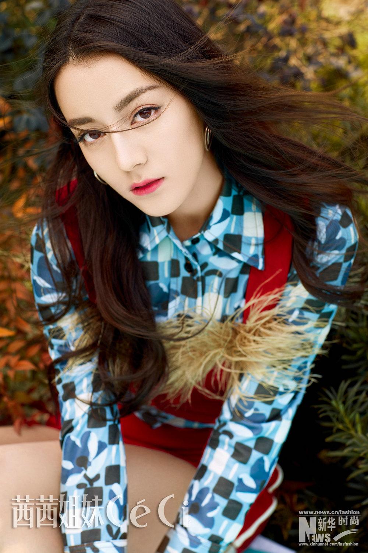 迪丽热巴花裙展现欧式优雅 变身魅力花仙子