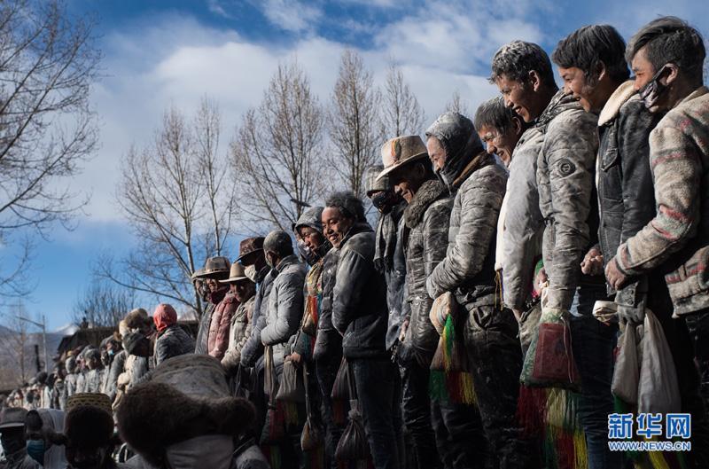 西藏:抛撒糌粑闹新春