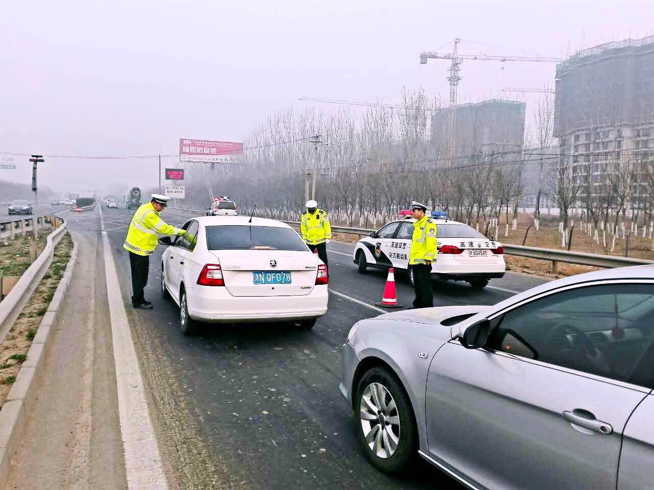 高速交警加强清明祭扫路段交通治理工作