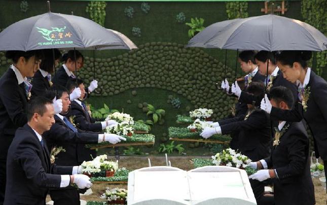 河南许昌举行生态环保集体葬