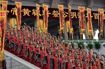 演员在公祭轩辕黄帝典礼上表演黄帝祭典乐舞告祭