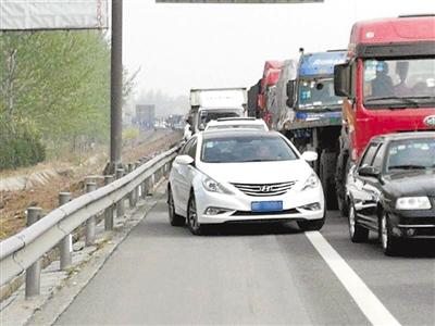"""警方呼吁:高速路上,请留出""""生命通道"""""""