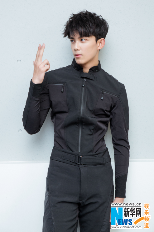吴磊黑色制服大片曝光 尽显少年的青葱气息