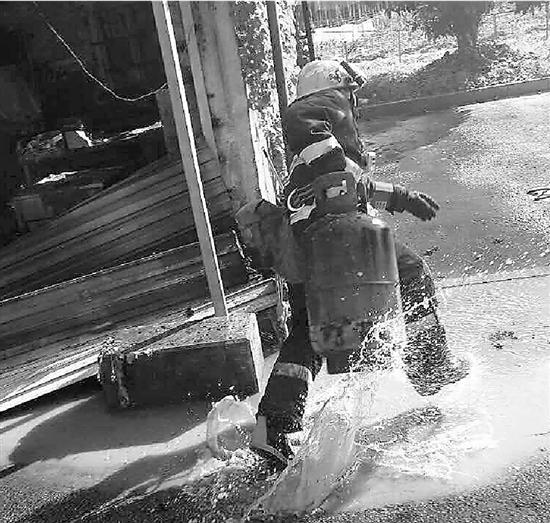 消防员抱出吐着火舌的煤气罐 上次救火他也抱出4个