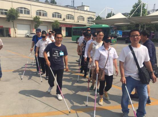 (信息)当一回盲人 公交车长体验盲人出行难