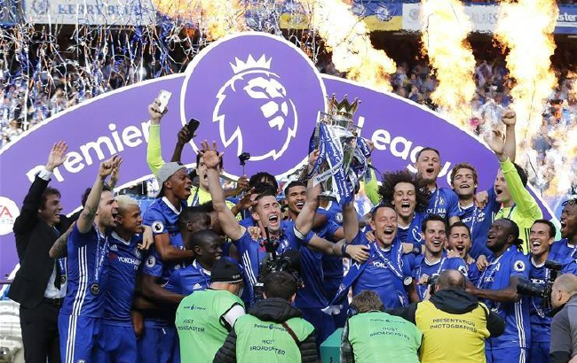 英超:切尔西捧起冠军奖杯