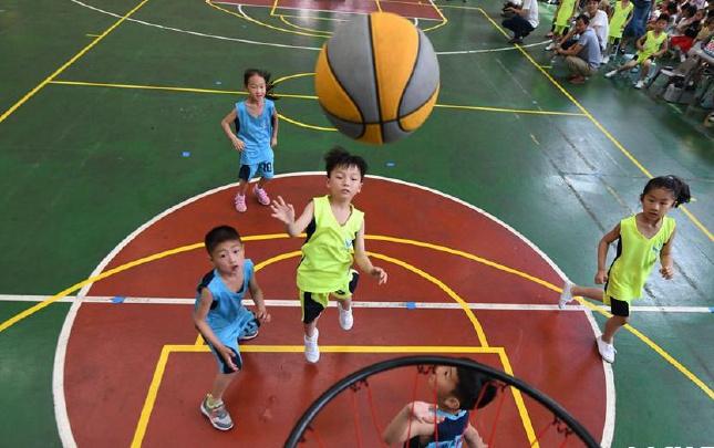 """南阳:""""庆六一""""儿童享受篮球乐趣"""