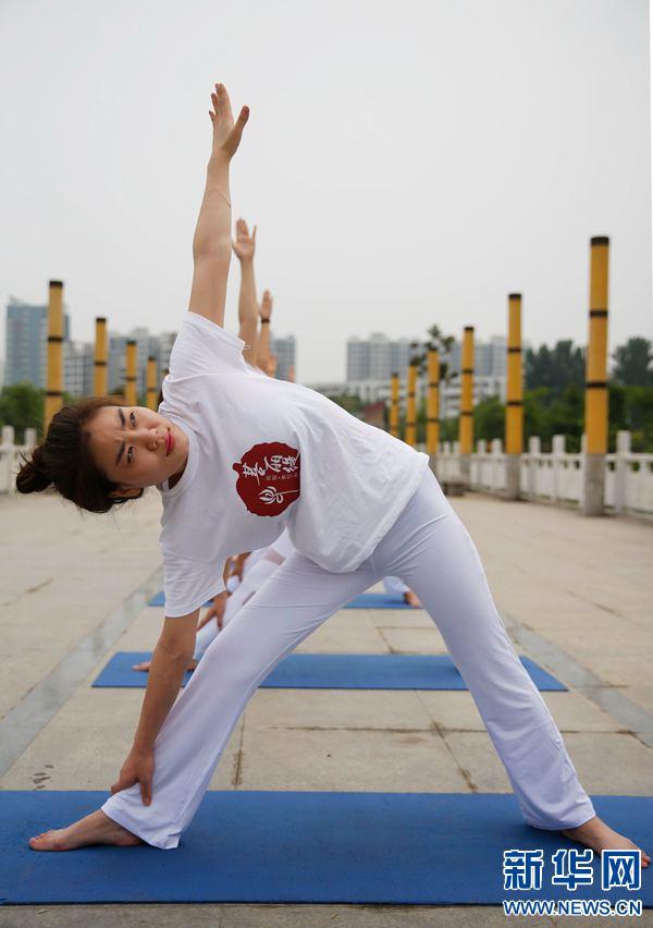河南宝丰:湖畔秀瑜伽 悠然度夏至