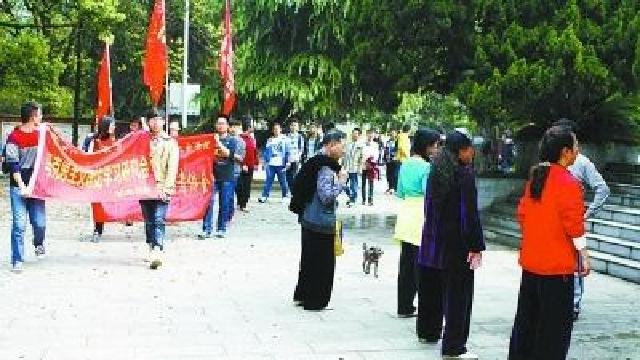 大媽烈士陵園跳廣場舞,該不該禁止?