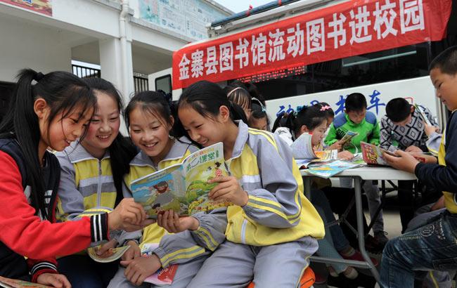 """安徽金寨:""""流动图书车""""开进山区校园"""