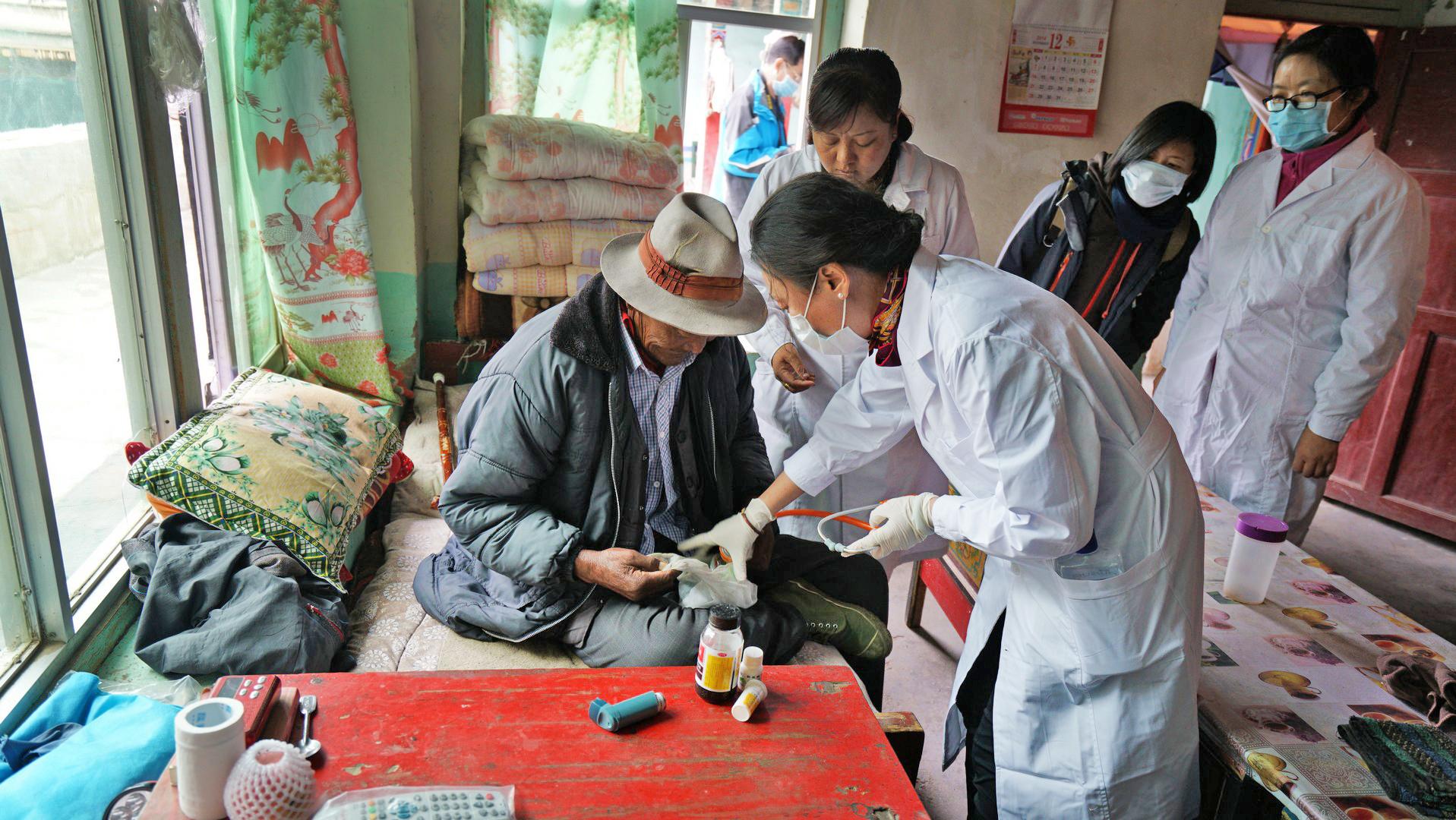 """""""光彩·西藏和四省藏区母婴健康行动""""医疗服务队深入基层服务群众"""