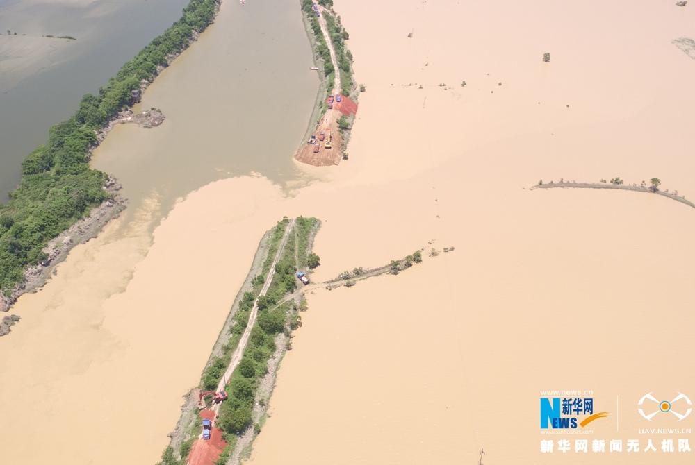 龙8国际网航拍江西鄱阳县决口封堵现场