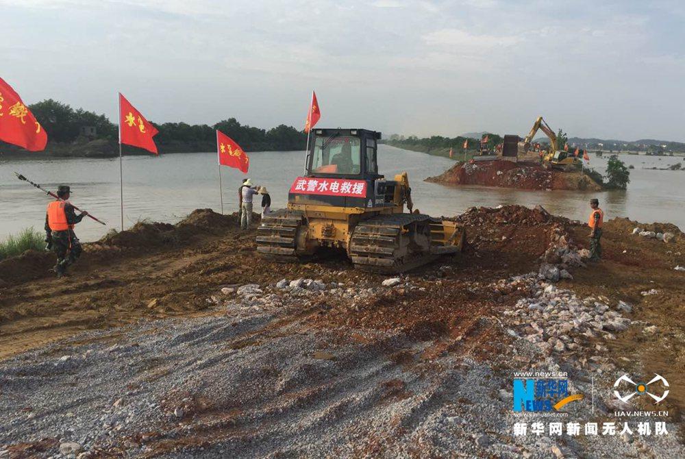 新华网航拍江西鄱阳县决口封堵进行时