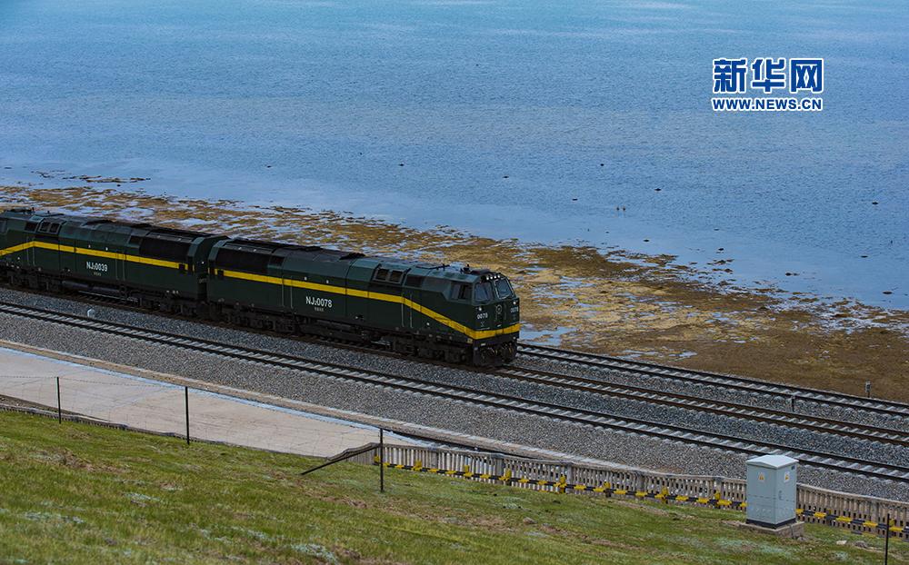列车驶过美丽的错那湖畔