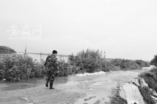 [池州]西岔湖湖水漫堤 数十人坚守查险情