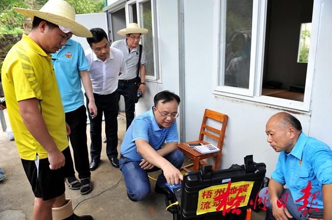 黄俊华到震区检查指导抗震救灾和台风防御工作